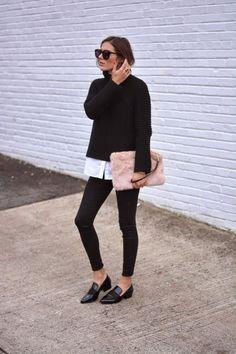 Look de Trabalho: Camisa Branca sob blusa de frio preta, calça preta e sapatos de bico fino pretos. Tudo ganha um toque de cor e textura com a bolsa de pêlos rosa.