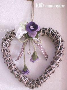 Cuore intrecciato in vimini con fiori in feltro