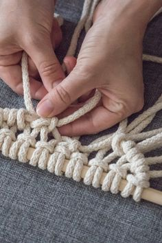 Learn to tie Macrame Knots. Start your own macrame DIY project. You only need to master these 7 DIY macrame knots. Macrame Wall Hanger, Half Hitch Knot, Overhand Knot, Macrame Tutorial, Macrame Projects, Macrame Knots, Macrame Patterns, Workshop, Tejidos