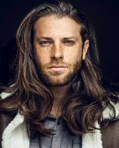 Start To Grow Hair Long Want to know how to grow hair faster at home? In our guide, we have listed the most effective products and easy DIY tips that will help all men to make their hair longer and thicker. Long Wavy Hairstyles Men, Long Curly Hair Men, Medium Long Haircuts, Long Hair On Top, Grow Long Hair, Haircuts For Long Hair, Long Hair Cuts, Hairstyles Haircuts, Haircuts For Men