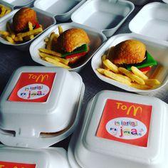 Traktatie hamburger met frietjes  Cake je met oreo fondant (sla en tomaat) en frietjes chips. Hamburger bakjes van de Makro