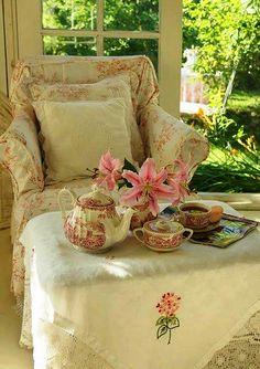 It's time of shabby tea. - A shabby dream Cozy Cottage, Cottage Style, Cottage Living, Living Room, Romantic Cottage, White Cottage, Shabby Cottage, Books And Tea, Home Decoracion