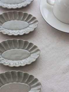 益子焼 お菓子型の器 たたら作り。フランスアンティークの焼き菓子を作る型・モールドをモデルに作られた豆皿です。 色はツヤのある翡翠色。 益子で古くから使われている釉薬と土を使用しています。 …