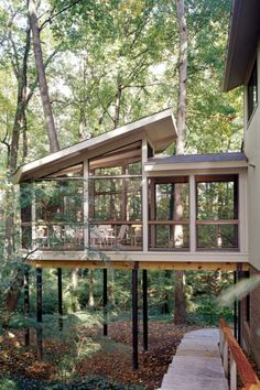 Building a shed roof house - compared with pitched roof and flat roof Screened Porch Designs, Screened In Porch, Screened Porch Decorating, Front Porch, Cabin Porches, Enclosed Porches, Porch Roof, Architecture Magazines, Green Architecture