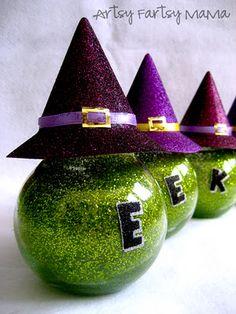 DIY Witchy Jars (Halloween glitter jars) B-o-o too? Halloween Ornaments, Halloween Trees, Halloween Home Decor, Halloween Projects, Holidays Halloween, Spooky Halloween, Happy Halloween, Halloween Decorations, Glitter Decorations