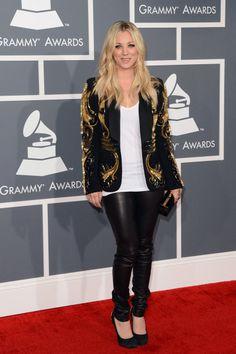 La actriz Kaley Cuoco (conocida por su papel de Penny en la serie de televisión The Big Bang Theory) apostó por la sobriedad elegante con una chaqueta tuxedo con brocados de Amen, un top blanco de Langston, pantalones de cuero de Bird, zapatos de tacón de Giuseppe Zanotti y un clutch de Stark.