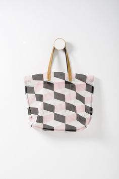 This season's simple and effortlessly modern tote with a bold geometric print.