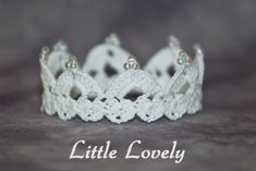 PATTERN - Crochet Crown - Little Lovely; this would probably take forever, but it's so sweet looking! Thread Crochet, Crochet Stitches, Crochet Hooks, Knit Crochet, Free Crochet, Crochet Crown Pattern, Crochet Patterns, Crochet Baby Bonnet, Crochet Basics