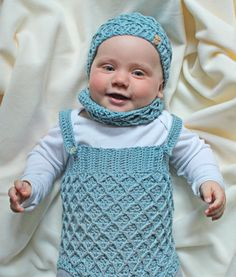 Gehäkeltes Babyset aus Latzhose, Mütze, Schal und Schühchen - Häkelanleitung via Makerist.de