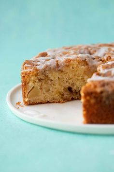 A deliciously easy Cinnamon Apple Cake packed with fresh apples and features a crunchy cinnamon topping and a drizzle of sweet frosting. Apple Cake Recipes, Donut Recipes, Easy Cake Recipes, Baking Recipes, Dessert Recipes, Desserts, Dinner Recipes, Apple Cinnamon Cake, Cinnamon Recipe