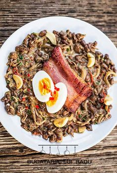 Bacon and egg with mousseron mushrooms. Bacon Egg, Mushroom Recipes, Cobb Salad, Grilling, Stuffed Mushrooms, Eggs, Beef, Food, Stuff Mushrooms