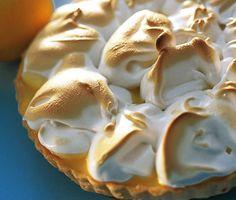 Citronpaj med maräng är en underbar efterrätt. Ett sprött pajskal fyllt med syrlig citronkräm och toppat med ljuvligt seg maräng är en svårslagen dessert.