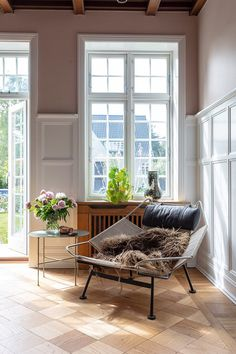 A cozy corner with fresh flowers and a nice chair. Room Interior Design, Living Room Interior, Living Room Decor, Living Room On A Budget, Home Living, Living Spaces, Home Decor Furniture, Cheap Furniture, Bungalow Interiors