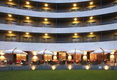 En el AC Hotel Monte Real, a tan solo 10 minutos del centro de Madrid, la terraza se sitúa en el jardín del hotel, en un entorno tranquilo y apacible.
