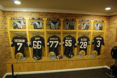 Notre Dame Football Locker Room Mural by Tom Taylor of Wow Effects, hand-painted in a home gym in Virginia. Go Irish! Football Man Cave, Football Art, College Football, Sports Memorabilia Display, Locker Room Decorations, Go Irish, Notre Dame Football, Man Cave Home Bar, Fighting Irish