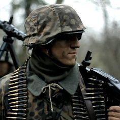 Waffen SS Machine gunner Ww2 Uniforms, German Uniforms, German Soldiers Ww2, German Army, Military Art, Military History, Mg34, Germany Ww2, Total War