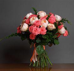 Букет из пионовидных роз и кустовых. роз. Пионовидная роза 9 шт.,куст. роза 10 шт.,зелень.,атлас. лента.