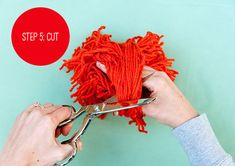DIY 60-Second Giant Pom Pom by handmadecharlotte #DIY #Crafts #Yarb #Pom_pom
