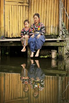 Mother and daughter in reflection - Philippines We Are The World, People Of The World, Filipino Culture, Filipino Art, Filipino Food, Half The Sky, Philippines Culture, Culture Clothing, Indigenous Tribes