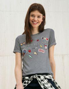 T-shirt BSK riscas texto, remendos e pins. Descubra esta e muitas outras roupas na Bershka com novos artigos cada semana