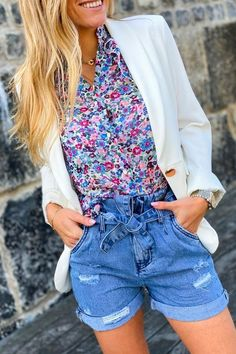 Pour vos fraîches soirées d'été, rien de tel qu'une magnifique veste de blazer blanche à associer à vos shorts et chemisier liberty. College Wardrobe, Look Short, College Fashion, Diy Clothing, Overall Shorts, Blouse, Overalls, Sewing Patterns, Wardrobe Ideas
