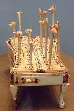 Jeu du chien et du chacal, Égypte, 1814-1805 av. JC, Metropolitan Museum of Art, New-York. À défaut de connaître son nom d'origine. Il s'agit de l'unique exemplaire conservé avec tous ses éléments d'origine, constitué d'un plateau de 58 trous et de dix piques terminées par des têtes de chiens et de chacals. Il s'agit alors de suivre un parcours qui rappelle le chemin initiatique qu'empruntaient les égyptiens après leur mort. (Tombe de Reniseneb à Thèbes).