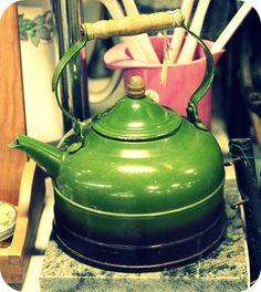 Green vintage kettle! hellovintage.blogspot.com