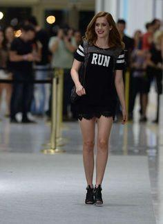 Com vestido curto, Sophia Abrahão desfila em evento de moda - Terra Brasil