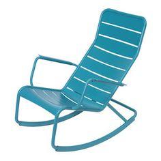 Luxembourg schommelstoel van Fermob is ontworpen door Frédéric Sofia Teak Rocking Chair, Swivel Glider Chair, Patio Glider, Patio Rocking Chairs, Garden Chairs, Outdoor Seating, Outdoor Chairs, Outdoor Furniture, Outdoor Decor