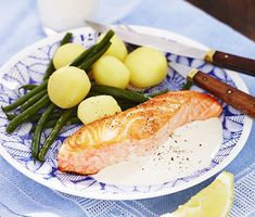 Stekt lax med citronsås | Recept ICA.se Fish Recipes, Snack Recipes, Snacks, Norwegian Food, Everyday Food, Food And Drink, Healthy Eating, Yummy Food, Lunch