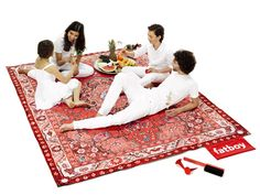 Fatboy presents Picnic Lounge. At the beach, in the park or just simply relaxing in your own back garden, this useful yet elegant picnic rug provides enough comfort for your whole family and all of your friends. Large Picnic Blanket, Beach Blanket, Outdoor Blanket, Outdoor Carpet, Outdoor Rugs, Outdoor Play, Outdoor Living, Lounge, Pouf Design