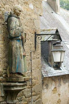 Ruelle d'Auray menant vers le port de Saint-Goustan, un des sites emblématiques de la Bretagne.