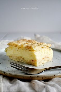 Napoleonka to ciastko budyniowe, które często utożsamiane jest z kremówką. Podobno nazwy te można stosować zamiennie. Bo oba ciastka są budyniowe i oba na francuskim lub kruchym spodzie. Recipies, Cheesecake, Pudding, Sweets, Food, Accessories, Recipes, Gummi Candy, Cheesecakes
