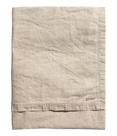 PREMIUM QUALITY. En duk i tvättat linne med dubbelstickad kantsöm.