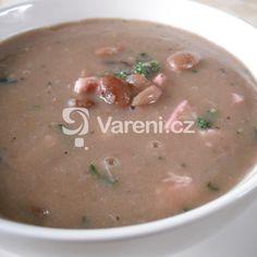 Recept na sytou polévku z čočky a uzeného masa, kterou můžeme servírovat jako hlavní chod, třeba k večeři.