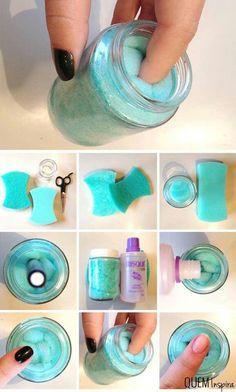 Excelente tip para despintar las uñas, solo se necesita un frasco o recipiente con tapa, una esponja o algodón, suficiente acetona y listo!