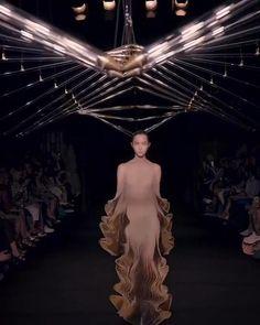 LOOK 13 - Syntopia - Iris van Herpen - Couture Bold Fashion, Unique Fashion, Fashion Art, Hong Kong Fashion, Magic Video, Fashion Design Portfolio, Iris Van Herpen, Irises, Fashion Plates