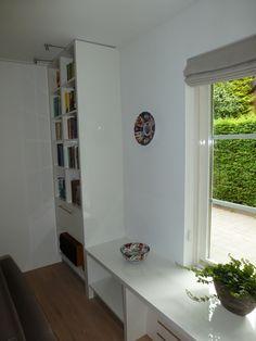 boekenkast in de hoek tegenover de andere