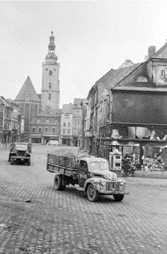 Советские грузовики на одной из улиц города Ельса, занятого войсками 1-го Украинского фронта. Март 1945 г.