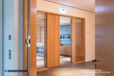 """Bisagra TECTUS de SIMONSWERK.architektur para puertas de gran tamaño. Se logra una estética perfecta gracias a su tecnología que posibilita el montaje sin que la bisagra sea visible. Aquí instalada en el """"Hotel Steinburg"""" en Wurzburgo, Alemania.Un hotel de interiores en madera natural, con vistas panorámicas al campo y a castillos desde las habitaciones principales. Arquitecto: Reinhard May Fotógrafo: Bernadette Grimmenstein   #architecture #architectonics #arquitectura #diseño #herrajes"""