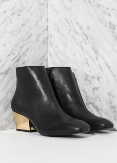 Stivaletti pelle da abbinare a calze nere o pantaloni aderenti neri.  Ankle boots to be worn with black stockings or sigarette pants.