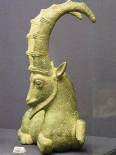 Una escultura sumeria ahora en el Museo Británico. La estatua es la de un carnero con cuernos curvados. Los sumerios utilizaron el carnero como un símbolo de su cultura.