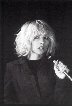 Debbie Harry by Bob Gruen, 1976 - blondie Debbie Harry Hair, Blondie Debbie Harry, Debbie Harry Style, Trendy Haircut, Haircut Short, Haircut Men, Short Bangs, Haircut Style, Messy Bangs