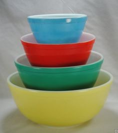 Set of vintage primary Pyrex mixing bowls