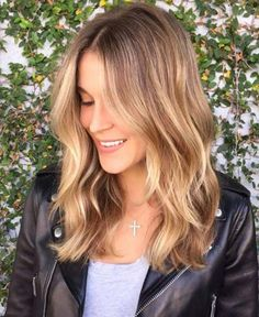 Shiny Golden Bronde Balayage Hair The balayage hair looks stunning with touches of golden bronde on the smooth waves. Wear wavy for special occasions or straight for another style – this balayage will always make you look your best. Ombre Blond, Balayage Blond, Brown To Blonde, Hair Color Balayage, Balayage Hairstyle, Short Balayage, Bayalage, Dark Blonde, Blonde Color