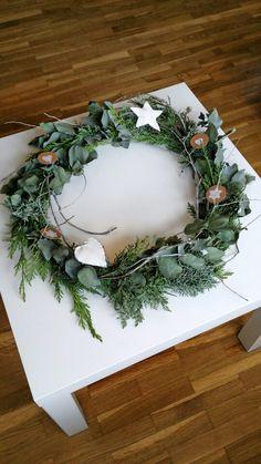 My scandinavian christmas. Nordic christmas ornaments. Easy DIY wreath. Adorno navidad estilo nordico. Corona navideña con ramas de eucalipto y otras ramas naturales.