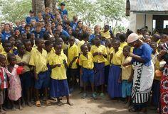 Leerlingen van het Adelbert College Wassenaar samen met leerlingen van de Menzamwenye, Lunga Lunga, Kenya