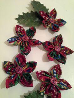 Bloemen van stof voor de kerst. Christmas flowers from fabric.