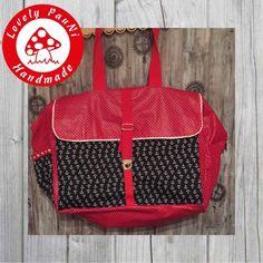 Für einen neuen Job braucht Frau natürlich auch eine neue Handtasche. Ich brauche immer Platz in meiner Tasche, viel Platz. Deswegen wurde es die große Nählli von Lillesol & Pelle. Der rote Stoff mit den weißen Punkten ist beschichtet und von Alles-fuer-Selbermacher. Die Anker sind von Fadenmonster – Stoffe und Nähzubehör.