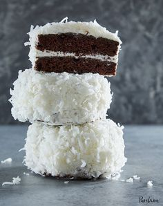 Sometimes we get nostalgic for a Hostess snack cake. For those times, we turn to our recipe for mini chocolate snowball cakes. Mini Desserts, Christmas Desserts, Delicious Desserts, Holiday Cakes, Christmas Holiday, Christmas Chocolate, Christmas Cakes, Easy Desserts, Snowball Cake Recipe